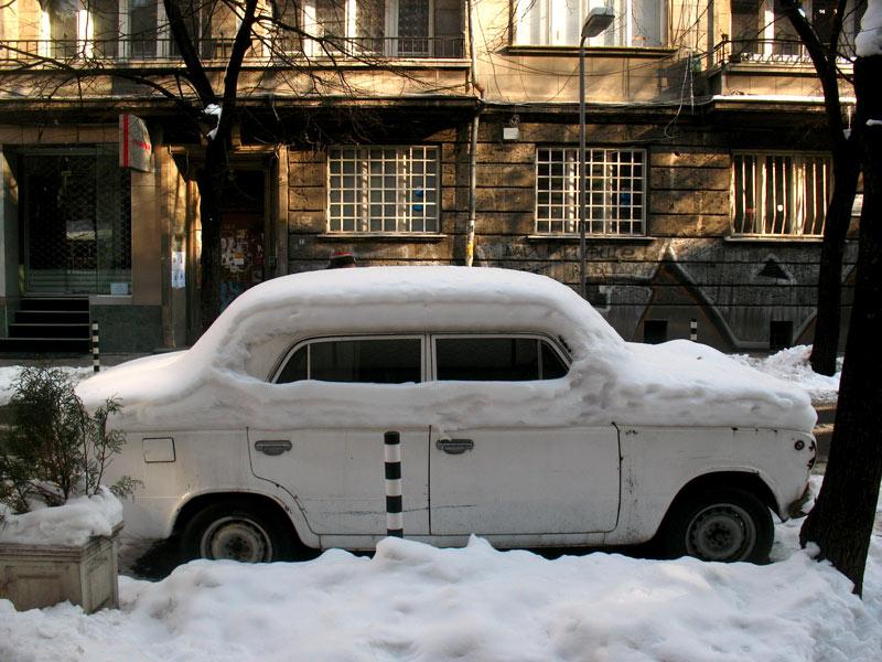 Yakın geçmişin izlerinin hakimiyetindeki sert mizaçlı ama keyifli şehir Sofya'ya kar yakışıyor, hani bir Sofya tatili günlük güneşlik olmamalı