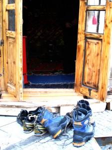 hm, şey, dağdan indik de:) dağ dönüşü kapıya bırakılan botlar sevdiğim fotoğraf konuları arasında. yurt da botlarımız gibi deriden, yani su geçirmez nefes alabilir malzemeden. daha geçen çatı sistemleriyle ilgili bir uygulamada pahalı membranlı su yalıtımı malzemelerini anlatıyorlardı, alın işte, yapılmışı var..