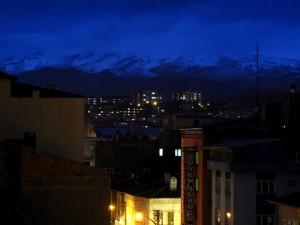 akşam olup, içerisi dolup, saatlerdir tuttuğumuz tavlaya talip çıkınca kalkma vakti gelmişti. kale güzel ya, manzaralı, dağlar falan, bakınız akşamüzeri niğde